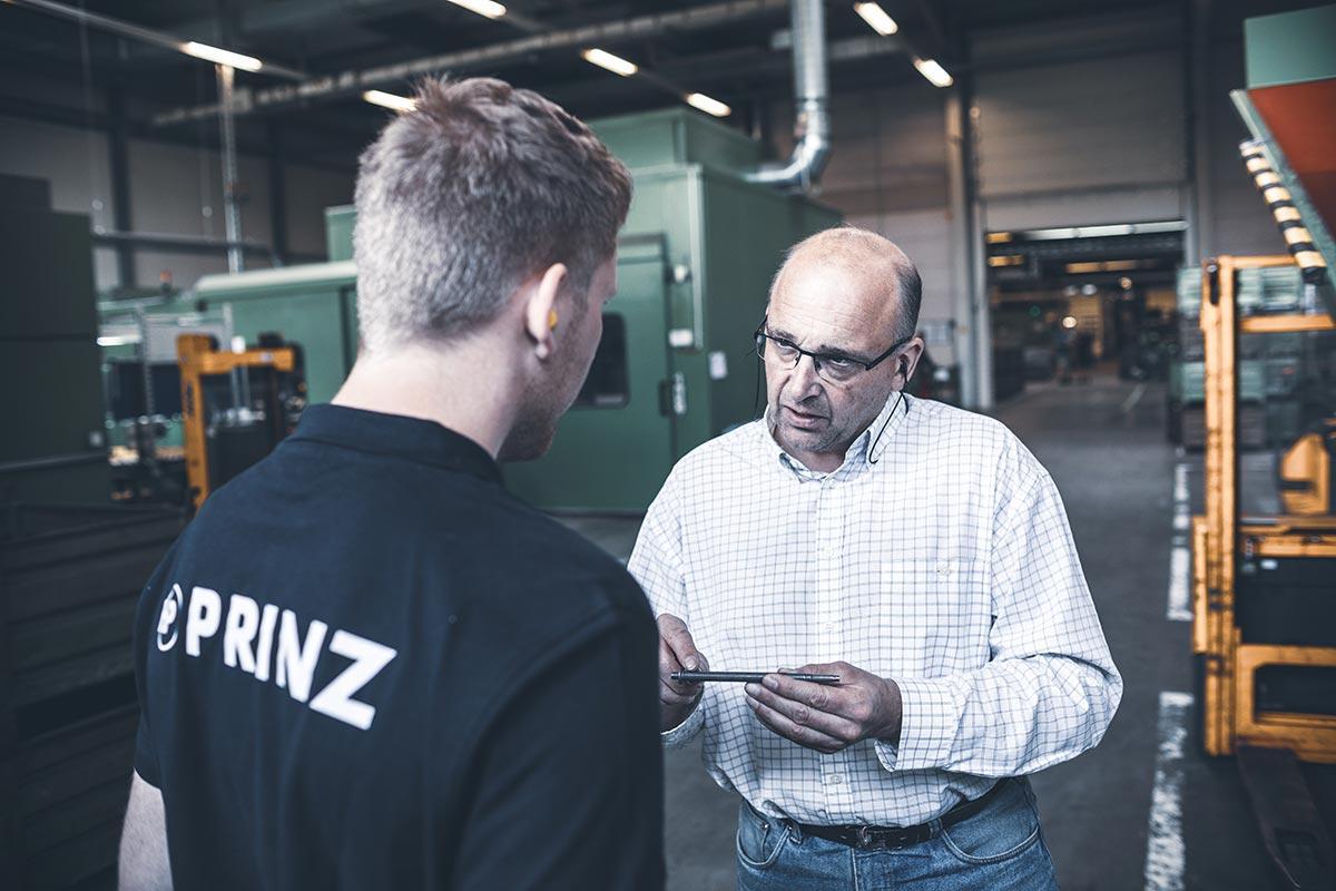 correlio Projekt PRINZ Fotos Gespräch Fertigunsleiter
